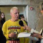 Leena Kela ja Ray Langenbach Ylen toimittaja Minna Rosvallin haastattelussa juuri ennen avajaisia.