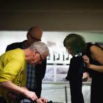 Avajaisissa myytiin myös New Performance Turku Festivalin t-paitoja. Kuvassa Ray Langenbach, Hannu Salmi sekä festivaaliavustaja Laura Millasnoore.