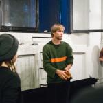 Jonimatti Joutsijärvi yllätti esityksensä yleisön tulemalla sisään ikkunasta.