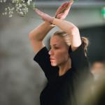 Illan viimeisenä nähtiin Maija Reeta Raumannin teos, jossa yhdistyivät tanssi ja harsokukat.